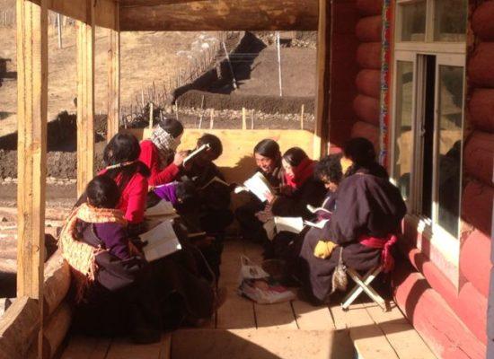 Unterricht für Frauen aus dem Yakprogramm.
