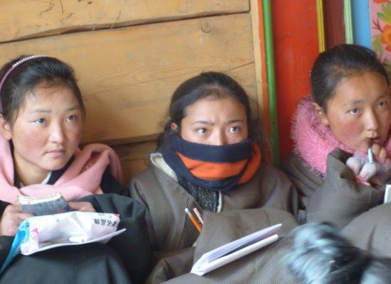 Im Winter ist es auch in den Klassenräumen kalt. Eine Heizung gibt es hier nicht.