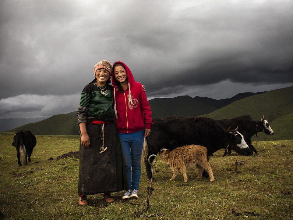 Eine Schülerin aus unserem Stipendiatenprogramm mit ihrer Mutter. Foto: Annette Etges.